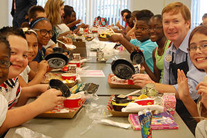 Commissioner Putnam eating lunch with students in Tampa